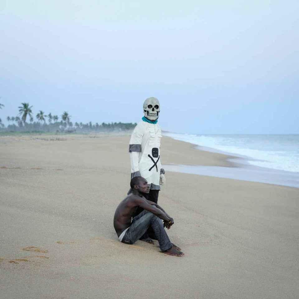 Gerardo DE SOUZA and the DEATH on OuidahÕs Beach ( closed to the ÇGate of No ReturnÈ ) after the Buryan ceremony.